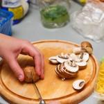 Tăiem ciupercile felii