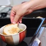 Punem o felie de pâine prăjită în bolul cu supă