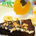 Tort de migdale şi nuci (fără făină), cu sos de ciocolată, migdale prăjite şi fructe