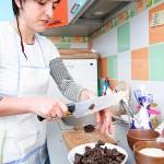 Se taie ciocolata bucăţi mai mici