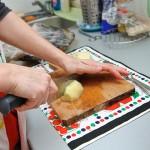 Se taie cartofii bucăţi.