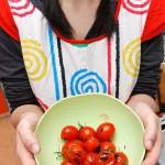 Poză stock cu roşii coapte şi codiţe împletite.