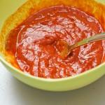 Se amestecă ingredientele pentru sos