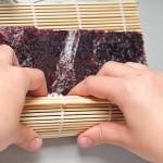 Cu ajutorul dispozitivului de bambus se crează uşor rulourile de sushi.