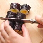 Se taie rulourile de sushi în bucăţi mici.