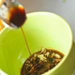 Peste usturoi se toarnă sos de soya