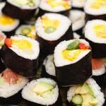 Sushi cu omletă, ceapă verde şi ardei roşu.
