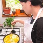 Cu beţişoarele de gătit se desprinde omleta şi se rulează uşor.