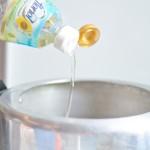 Se adaugă ulei în oala de ciorbă.