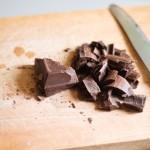 Ciocolata se taie mărunt.