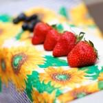 Căpşuni şi afine pregătite frumos pentru ornare.