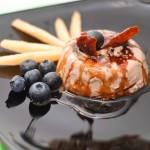 Sau se stropeşte din belşug cu caramel, se ornează cu afine si bucăţi de caramel şi se savurează... încet.