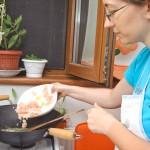Şi creveţii ţuşti în wok-ul cu unt încins