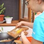 Adăugăm usturoiul şi coaja de lămâie rasă fin