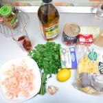 Ingrediente: creveţi, ulei de măsline, unt, roşii decojite, smântână, paste, o lămâie, usturoi, pătrunjel