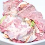 Se aşază straturi de carne şi de mirodenii alternativ.