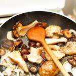Separat, se pun la călit în unt ciupercile (hribi şi shiitake).