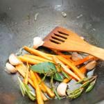 Şi în paralel se pregăteşte garnitura din morcovi, usturoi, rozmarin şi dafin, călite în unt cu puţin zahăr.