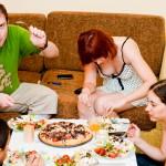 De la stânga la dreapta: Dan, Rux, eu. Pe masă avem si foccacia cu roşii cherry şi ceapă roşie.