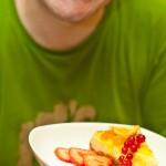 După ce se răceşte la aer şi apoi la frigider, se taie felii şi se ornează cu dulceţuri şi / sau fructe de sezon.