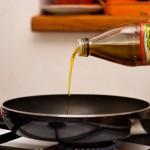 Punem ulei de măsline la încins într-o tigaie
