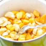 Pentru alte brioşe cu umplutură se pun pe foc banane, nectarine şi zahăr. Pînă când se caramelizează şi lasă sirop.