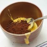 Se ia o parte mică din ea şi se amestecă cu cacao.