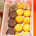 Primul pachet de prăjiturele pentru Ruxi, Dan si colegii lor e făcut pe jumătate.