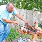 Andrei crestează carnea, să se pătrundă bine.