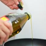 Se pune ulei de măsline într-o tigaie pe foc.