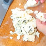 Se rupe bucăţi brânza cu mucegai.