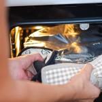 Se acoperă tava cu o folie de aluminiu perforată şi se bagă la cuptor.