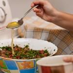 Stropim salata cu sosul pregătit