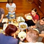 În jurul mesei cu bucate libaneze.
