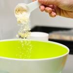 În alt vas, separat, se pun făina de migdale, zahărul pudră şi zahărul vaniliat/ extras de vanilie.