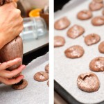 Cu un con special sau cu o lingură se toarnă macarons una câte una în tavă.