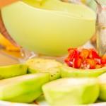 Umplem pe rând fructele de avocado cu salsa de roşii