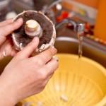 Curăţăm şi spălăm ciupercile