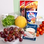 Avem nevoie de struguri, gorgonzola, roşii cherry, mozzarella, prosciutto crudo, pepene galben şi rucola