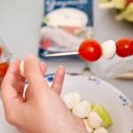 Înfigem pe un beţişor de frigărui roşii cherry şi bulgăraşi de mozzarella