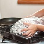 Înfăşurăm bine găina în folie de aluminiu şi o dăm la cuptor