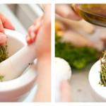 Pisăm puţin cimbrul în mojar şi adăugăm 2-3 linguri de ulei de măsline