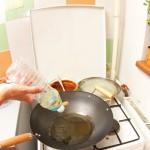 Se pune ulei la încins într-un wok, cu o felie- două de ghimbir.