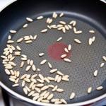 Prăjim uşor o mână de seminţe de pin