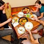 Prieteni buni, adunaţi în jurul mesei