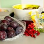 Pentru pus în oală avem nevoie de pulpele de raţă marinate, prune, ardei iuţi şi zahăr brun