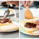 Punem în mijlocul uneia din feliile de pâine o lingurămare de umplutură şi acoperim cu cealaltă felie