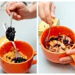 Adăugăm câteva linguriţe cu dulceaţă de afine