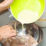 Apoi, ingredientele lichide se toarnă peste cele solide şi...