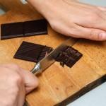 Se taie ciocolata neagră bucăţi.